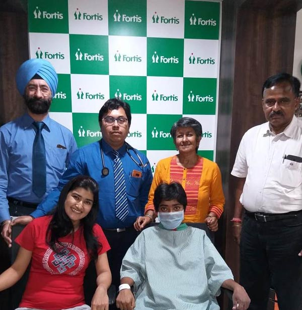 The donor and recepient with their family, Mr. Gurvinder Singh-Facility Director of FHKI and Dr. Upal Sengupta-Consultant Nephrologist at FHKI