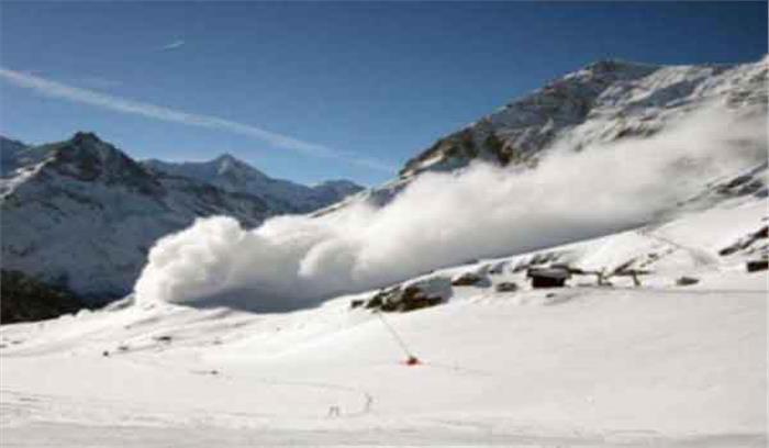 श्रीनगर:हिमपात के कारण हवाई यातायात प्रभावित