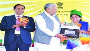 पुष्पा साहू को इन्नोवेटिव कृषक सम्मानकुलपति डॉ पाटील ने दी बधाई