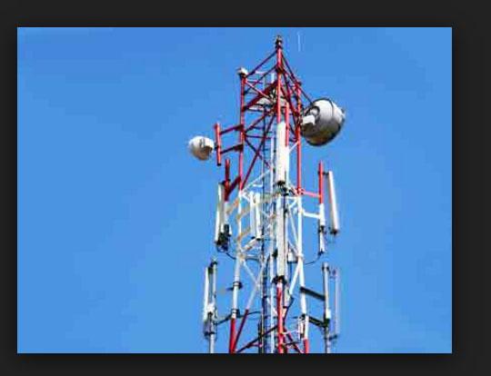 मोबाइल टॉवर पर चढ़ा युवक 16 घंटे बाद नीचे उतरा