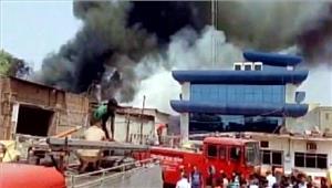 उप्र  वाराणसी टायर गोदाम में भीषण आग