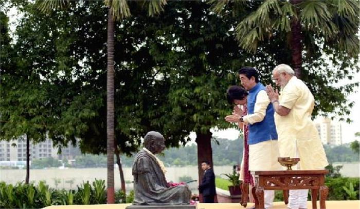 आबे नेमहात्मा गांधीकोश्रद्धांजलि अर्पित की