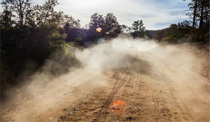 सड़क में डाल दी मिट्टी, धूल से बढ़ी परेशानी