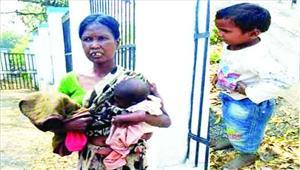 तीन बच्चों को लिए भटक रही महिला3 लोगों ने शादी का का झांसा देकर छोड़ाएसपी से की शिकायत