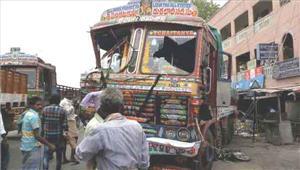 लारी सड़क किनारे दुकानों से टकराई15 लोगों की मौत