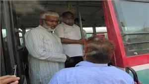 परिवहन मंत्री बस में चढ़े यात्रियों से पूछी परेशानी