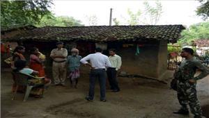 भूख से मर गई संतोषी के परिजनों पर ग्रामीणों का हमलासमान फेंके