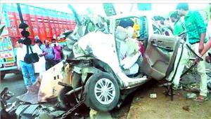 कार को कंटेनर ने मारी टक्कर दूल्हे समेत 9 की मौत