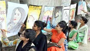 मदर्स डे पर युवा कलाकारों ने पेंटिंग बनाकर अपनी मां को समर्पित किया