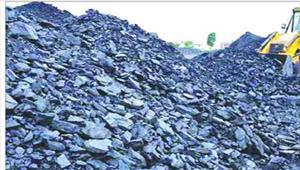 सडक़ पर डंप कर कोयले की अवैध बिक्री