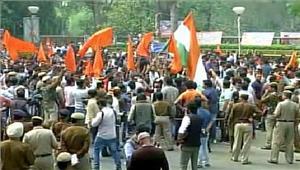 दिल्ली विश्वविद्यालय में abvp ने विरोध मार्चनिकाला