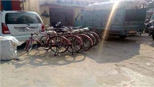 मंत्री  गायत्री प्रजापति के करीबी के घर छापा 89 साड़ियां बरामद
