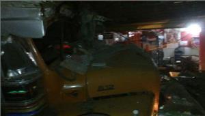 आंध्र प्रदेश  बेकाबू ट्रक दुकानों में घुसा 10 की मौत