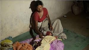 अस्पताल में ताला खुले आसमान के नीचे हुआ बच्चे का जन्म