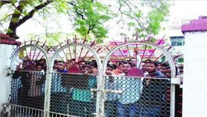 परिणामों में देरीछग छात्र संगठनों ने परीक्षा नियंत्रक को घेरा