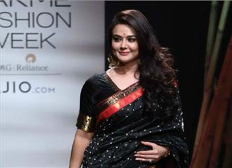 प्रीति जिंटा ने किया लैक्मे फैशन वीक में रैंप वॉक