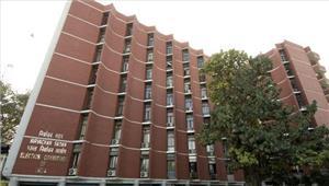 विपक्षी दलों के नेता बजट पेश न करने की मांग को लेकर चुनाव आयोग पहुंचे