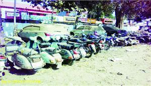 कबाड़ियों के दुकान पर पुलिस की छापामार कार्रवाई