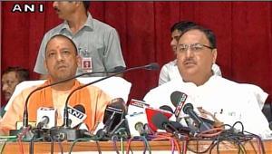 गोरखपुर पहुंचे मुख्यमंत्री को झेलना पड़ा विरोध दिखाए गए काले झंडे