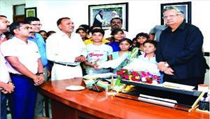 मुख्यमंत्री से ओलम्पियाड में चयनित स्कूली बच्चों ने की मुलाकात