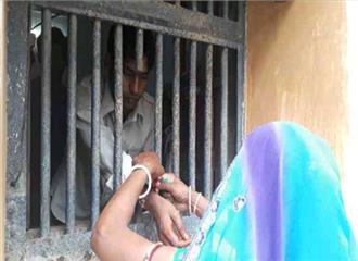 बच्चों के गालों पर जेल की मुहर