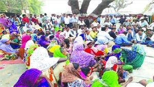 नहर में पानी छोड़ने की मांग कांग्रेस व किसानों ने किया चक्काजाम