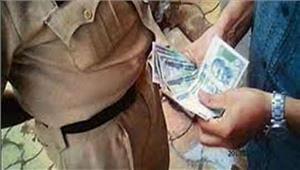 दिल्ली पुलिस का अधिकारी  10000 रुपये रिश्वत लेते गिरफ्तार