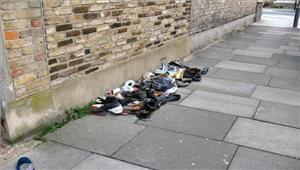 शनि मंदिर में दर्शन के बादसैकड़ों ने छोड़े जूते