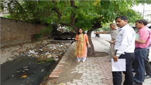 जिलाधिकारी ने शहर के नालों की सफाई व अतिक्रमण हटाने के दिए निर्देश