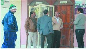 प्रतिबंधित दवा कारोबारी के घर दफ्तर और वेयरहाउस पर छापा