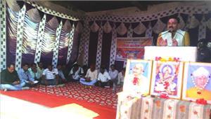 शिक्षाकर्मियों के आंदोलन स्थल में बाटी गई भाजपा के चुनावी घोषणा पत्र की प्रतिया