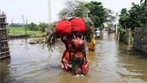 बाढ़ पीड़ितों के बीच केअर इंडिया राहत पहुंचाने में जुटी