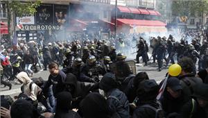 फ्रांस राष्ट्रपति चुनाव न ही ले पेन और न मैक्रों के लगे नारेहिंसकप्रदर्शन
