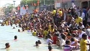 मकर संक्रांति के मौके परलोगों ने गंगा सागरमें स्नान किया