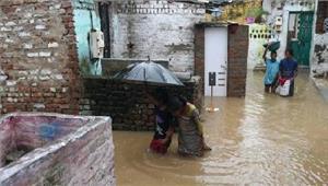 गुजरात में बाढ़ में फंसे 12 लोगों कोबचाया गया