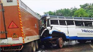 मध्यप्रदेश ग्वालियर-इटावा राष्ट्रीय राजमार्ग पर ट्रक ने कैँटर और बस को मारी टक्कर