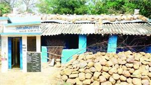 मजदूरी की तलाश में आधे लोग गांव छोड़ गए पसरा सन्नाटा