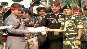 स्वतंत्रता दिवसके मौके परभारत-पाकिस्तान सैनिकों नेएक दूसरे कोमिठाइयांदी