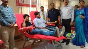 योगी के त्याग व बलिदान से प्रेरित होकर छात्रों ने किया रक्तदान
