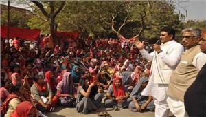 मांगों को लेकर आंगनबाड़ी कार्यकत्रियों की हड़ताल शुरू