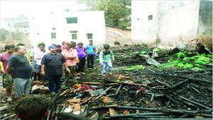 टेंट गोदाम में लगी आग 5 लाख की क्षति