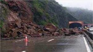 श्रीनगर-जम्मू राष्ट्रीय राजमार्गभूस्खलन के कारण बंद