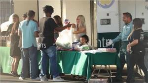 बेटी के साथ किम कार्दाशियां ने दिया बेघरों को भोजन