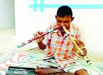 नाक से बांसुरी बजाने की कला कर देती है अचंभित