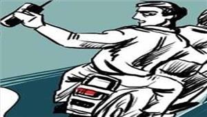मोटरसाइकिल सवार बदमाशों ने महिला से लूटे 80 हजार
