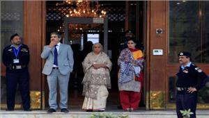पाकिस्तान ने कहा सुरक्षा कारणों से जप्त किए गए थे जाधव की पत्नी के जूते