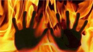 युवती ने शरीर पर मिट्टी तेल डाला पड़ोसी ने लगा दी आग
