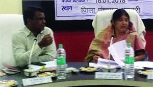 प्रभारी मंत्री रमशीला साहू ने ली जिला योजना समिति की बैठक