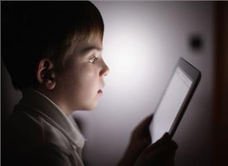 धीमी रोशनी से बच्चों की आंखों को खतरा