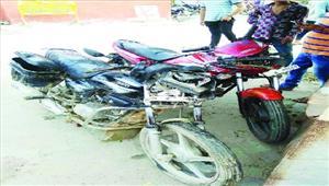 मोटरसाइकिलों की भिड़ंत में दो की मौत तीन घायल